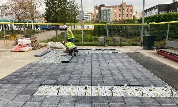 Barcelona instala el primer pavimento de energía solar de España